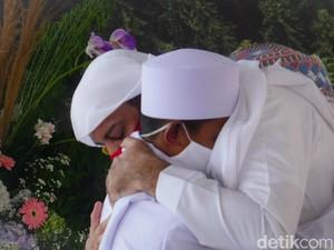 Jabar Hari Ini: Pertemuan Haru Syekh Ali Jaber-Akbar, Kasus Corona Jabar Lampaui DKI