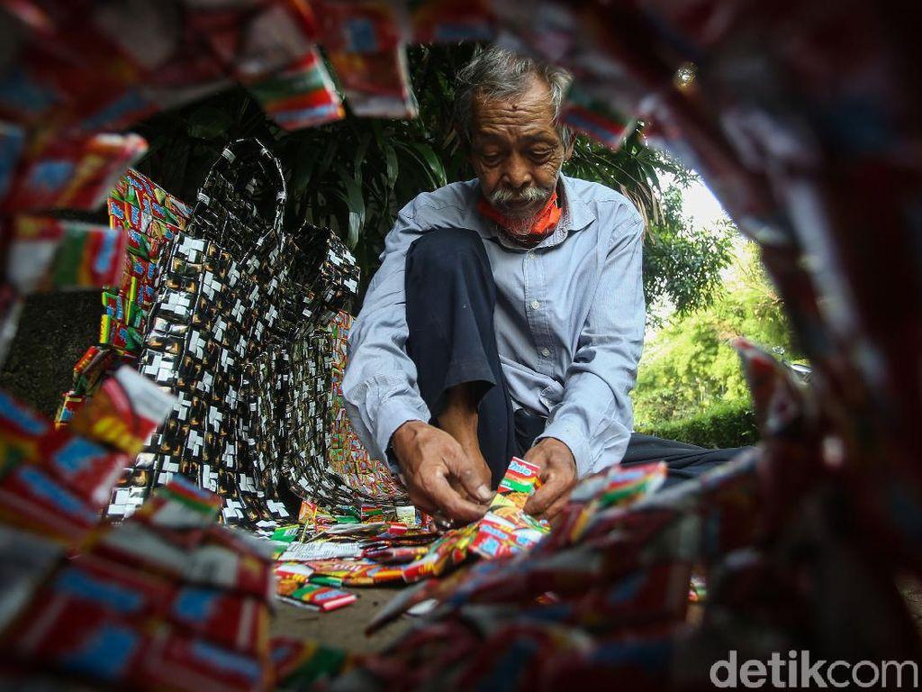 Tukang Pijat Ini Sulap Sampah Plastik jadi Rompi Keren