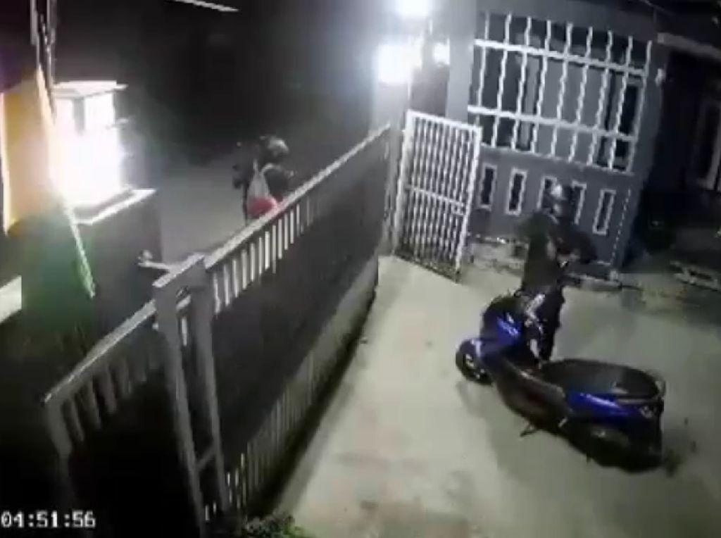 Detik-detik Aksi Pencuri Motor Todongkan Pistol di Bekasi