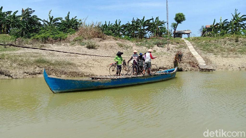 Warga Kudus Puluhan Tahun Seberangi Sungai dengan Perahu Tambang