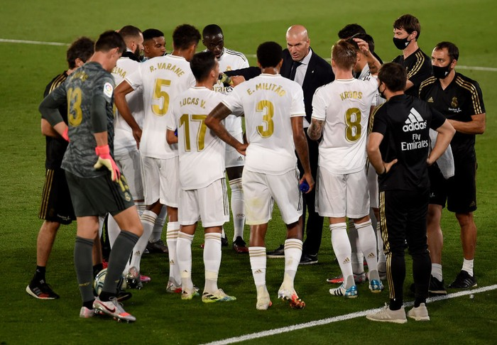 MADRID, SPAIN - JULY 10: Zinédine Zidane (C), head coach of Real Madrid gives instructions to the team during a drinking break during the Liga match between Real Madrid CF and Deportivo Alaves at Estadio Alfredo Di Stefano on July 10, 2020 in Madrid, Spain. (Photo by Denis Doyle/Getty Images)