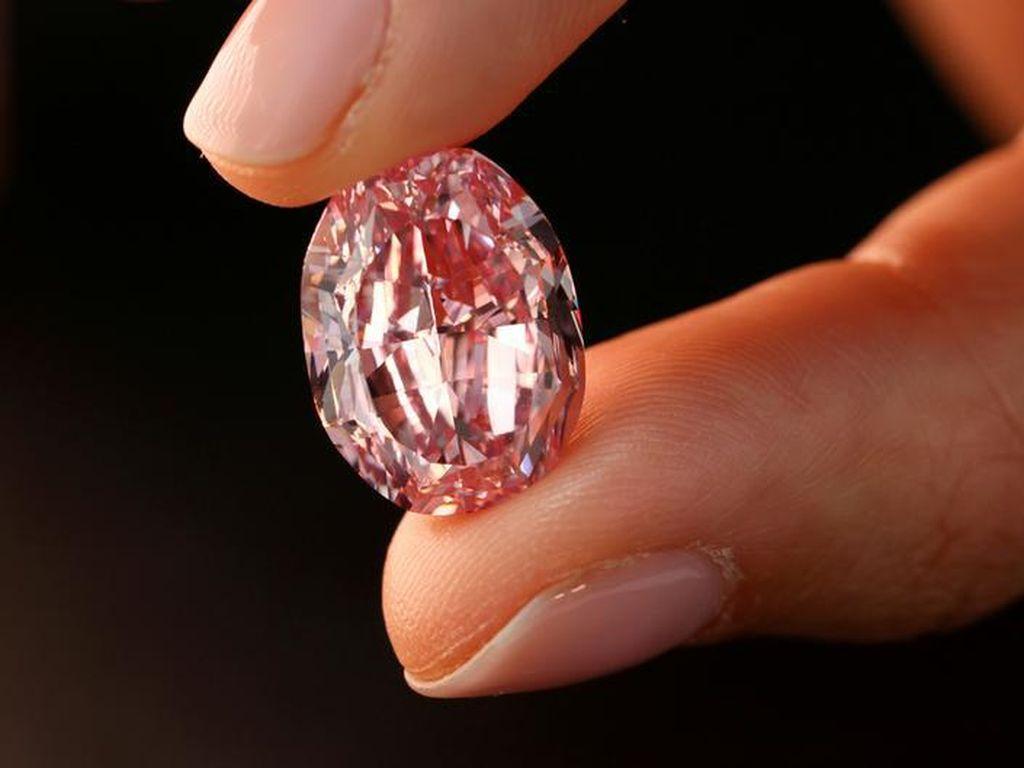 Berlian Merah Muda Langka Laku Terjual Rp 378 M