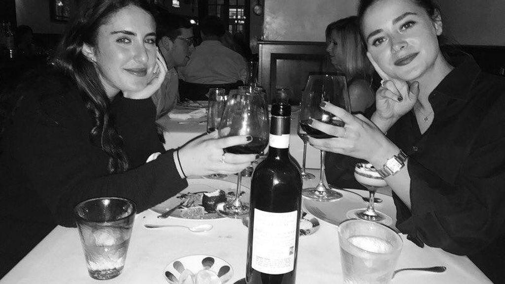 Cantiknya Cucu Joe Biden, Naomi Biden Saat Dinner dan Minum Cola