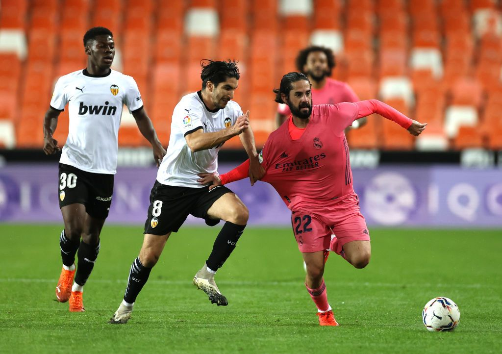 VALENCIA, SPAIN - NOVEMBER 08: Isco of Real Madrid battles for possession with Carlos Soler of Valencia during the La Liga Santander match between Valencia CF and Real Madrid at Estadio Mestalla on November 08, 2020 in Valencia, Spain. Sporting stadiums around Spain remain under strict restrictions due to the Coronavirus Pandemic as Government social distancing laws prohibit fans inside venues resulting in games being played behind closed doors. (Photo by Angel Martinez/Getty Images)