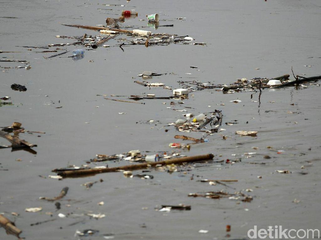 Kali Ciliwung di Bukit Duri Dipenuhi Sampah