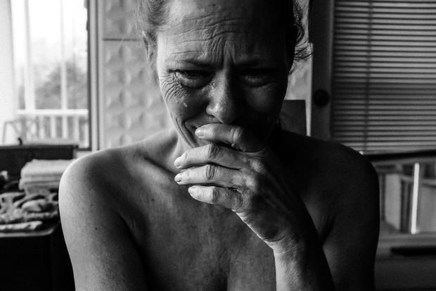 Secara fisik, air mata emosional dapat membantu merilekskan tubuh dan memungkinkannya melepaskan stres.