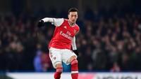 Di nomor 3 ada pemain Arsenal yang dicoret dari skuad utama yaitu Mesut Oezil. Gaji per pekannya sebesar 350 ribu paun atau setara Rp 6,5 miliar (Getty Images/Shaun Botterill)