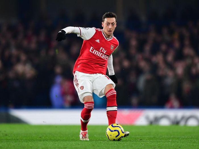 LONDON, ENGLAND - JANUARY 21:  Mesut Ozil of Arsenal passes the ball during the Premier League match between Chelsea FC and Arsenal FC at Stamford Bridge on January 21, 2020 in London, United Kingdom. (Photo by Shaun Botterill/Getty Images)