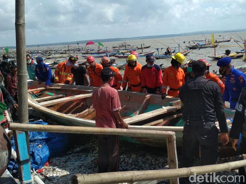 Ombak Besar Terjang Pesisir Kenjeran Surabaya, Total Ada 59 Perahu Rusak