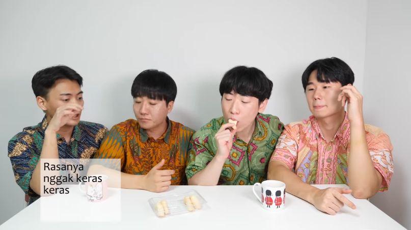 Orang Korea Cicip Oleh-oleh Khas Makassar