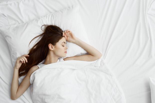 Posisi tidur telentang memiliki manfaat kesehatan yang paling banyak, selain melindungi tulang belakang dengan posisi ini juga bisa membantu meredakan nyeri pinggang dan lutut.