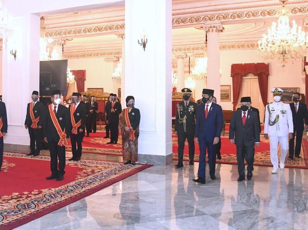 Kok Hakim MK Aktif Dapat Tanda Jasa dari Presiden Jokowi?