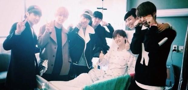 BTS mengunjungi Suga setelah dia menderita usus buntu yang pecah pada tahun 2014.