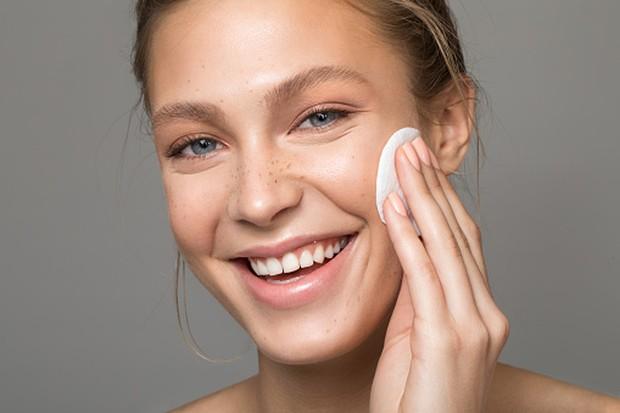 Menggunakan kapas, dapat membantu mengangkat sel-sel kulit mati pada wajah.