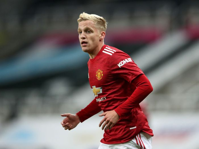 NEWCASTLE UPON TYNE, ENGLAND - OCTOBER 17: Donny van de Beek of Manchester United during the Premier League match between Newcastle United and Manchester United at St. James Park on October 17, 2020 in Newcastle upon Tyne, England. Sporting stadiums around the UK remain under strict restrictions due to the Coronavirus Pandemic as Government social distancing laws prohibit fans inside venues resulting in games being played behind closed doors. (Photo by Alex Pantling/Getty Images)