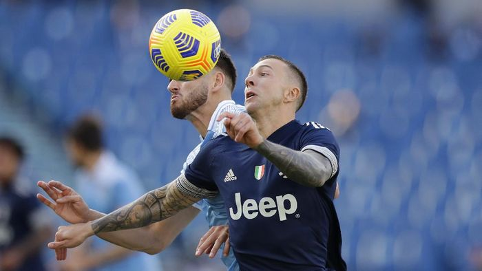Juventus Federico Bernardeschi, right, challenges for the ball with Lazios Wesley Hoedt during the Serie A soccer match between Lazio and Juventus at the Olympic stadium in Rome, Sunday, Nov. 8, 2020. (AP Photo/Andrew Medichini)