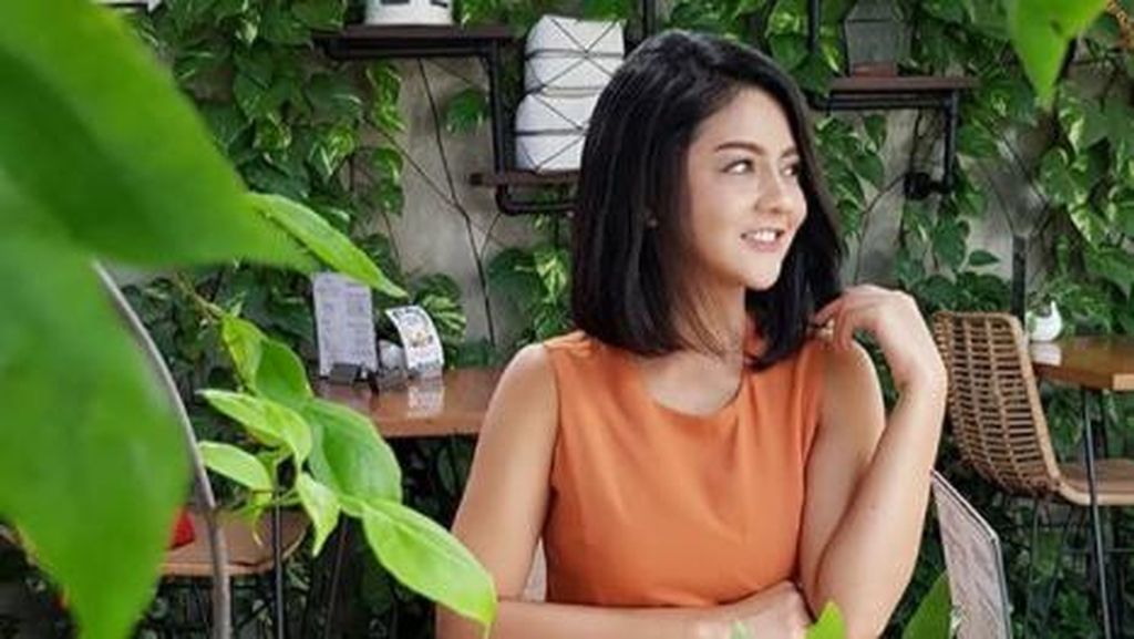 Intip Momen Jenita Janet Saat Minum Kopi dan Nongkrong di Kafe