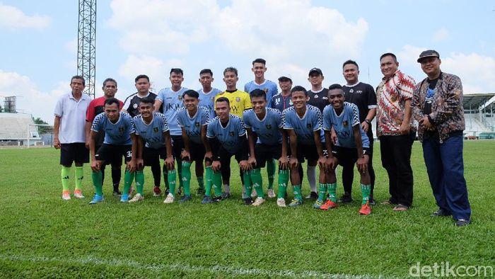 Karawang United sedang berlatih di Stadion Singaperbangsa.