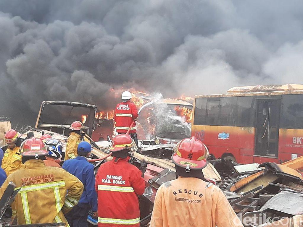 Api Lalap Puluhan Bangkai Bus Transjakarta di Bogor