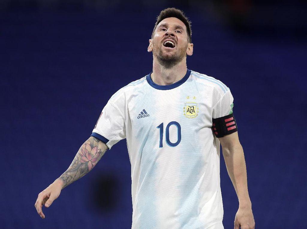 Lionel Messi Intip VAR, Kok Enggak Kartu Kuning seperti Suarez?