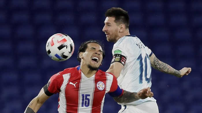 BUENOS AIRES, ARGENTINA - NOVEMBER 12: Lionel Messi of Argentina heads the ball against Gustavo Gómez of Paraguay during a match between Argentina and Paraguay as part of South American Qualifiers for Qatar 2022 at Estadio Alberto J. Armando on November 12, 2020 in Buenos Aires, Argentina. (Photo by Juan I. Roncoroni-Pool/Getty Images)