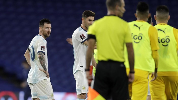 BUENOS AIRES, ARGENTINA - NOVEMBER 12: Lionel Messi of Argentina looks dejected after a match between Argentina and Paraguay as part of South American Qualifiers for Qatar 2022 at Estadio Alberto J. Armando on November 12, 2020 in Buenos Aires, Argentina. (Photo by Juan I. Roncoroni-Pool/Getty Images)