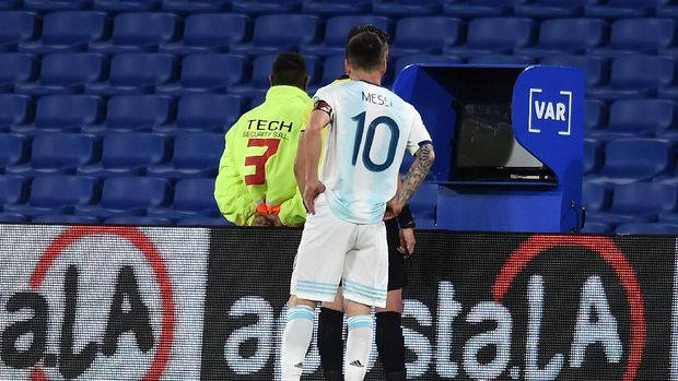 BUENOS AIRES, ARGENTINA - NOVEMBER 12: Lionel Messi of Argentina looks on as referee Raphael Claus checks the VAR to review a play during a match between Argentina and Paraguay as part of South American Qualifiers for Qatar 2022 at Estadio Alberto J. Armando on November 12, 2020 in Buenos Aires, Argentina. (Photo by Marcelo Endelli/Getty Images)