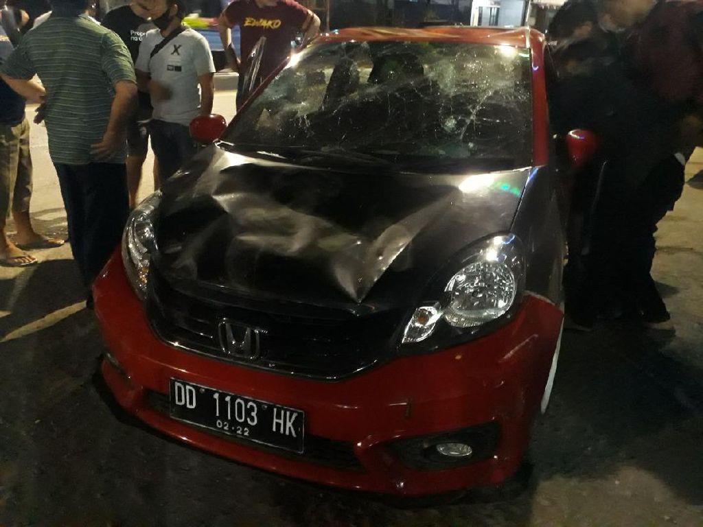 Pemobil di Makassar Diamuk Massa Bermotor, Polisi Turun Tangan