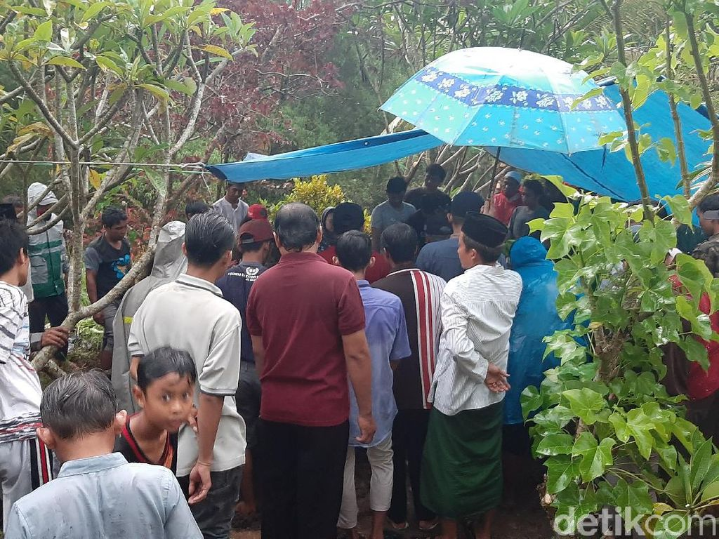 Momen Pemakaman Anggota DPRD Malang yang Meninggal Kecelakaan