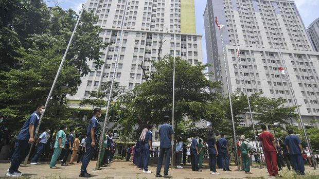 Sejumlah tenaga kesehatan dan non tenaga kesehatan menghadiri peringatan Hari Kesehatan Nasional (HKN) ke-56 di Rumah Sakit Darurat COVID-19 Wisma Atlet Kemayoran di Jakarta, Kamis (12/11/2020). Dalam peringatan tersebut Kementerian Kesehatan mengajak masyarakat untuk memperingatinya dengan gerakan tepuk tangan selama 56 detik, sebagai bentuk apresiasi kepada para tenaga kesehatan dan masyarakat yang melaksanakan protokol kesehatan untuk mencegah penularan COVID-19. ANTARA FOTO/M Risyal Hidayat/wsj.