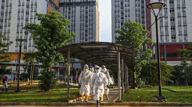Sejumlah petugas tenaga kesehatan bersiap untuk didekontaminasi usai bertugas di Rumah Sakit Darurat COVID-19 Wisma Atlet Kemayoran di Jakarta, Kamis (12/11/2020). Perkembangan data per 12 November 2020 menunjukkan penambahan kasus positif baru sebanyak 4.173 orang dengan total kasus terkonfirmasi COVID-19 mencapai angka 452.291 sementara jumlah pasien yang telah sembuh dari Corona sebanyak 382.084. Sedangkan total pasien yang meninggal dunia sebanyak 14.933 orang. ANTARA FOTO/M Risyal Hidayat/nz