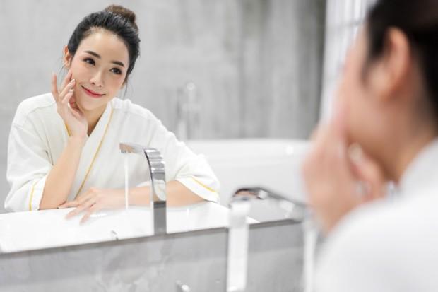 Setelah menggunakan toner, kulit kamu akan terasa lebih bersih dan cerah.