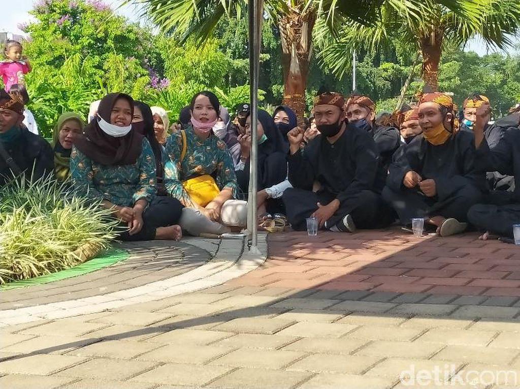 Alus! Pedagang di Alun-alun Ciamis Kini Berjualan Pakai Baju Pangsi