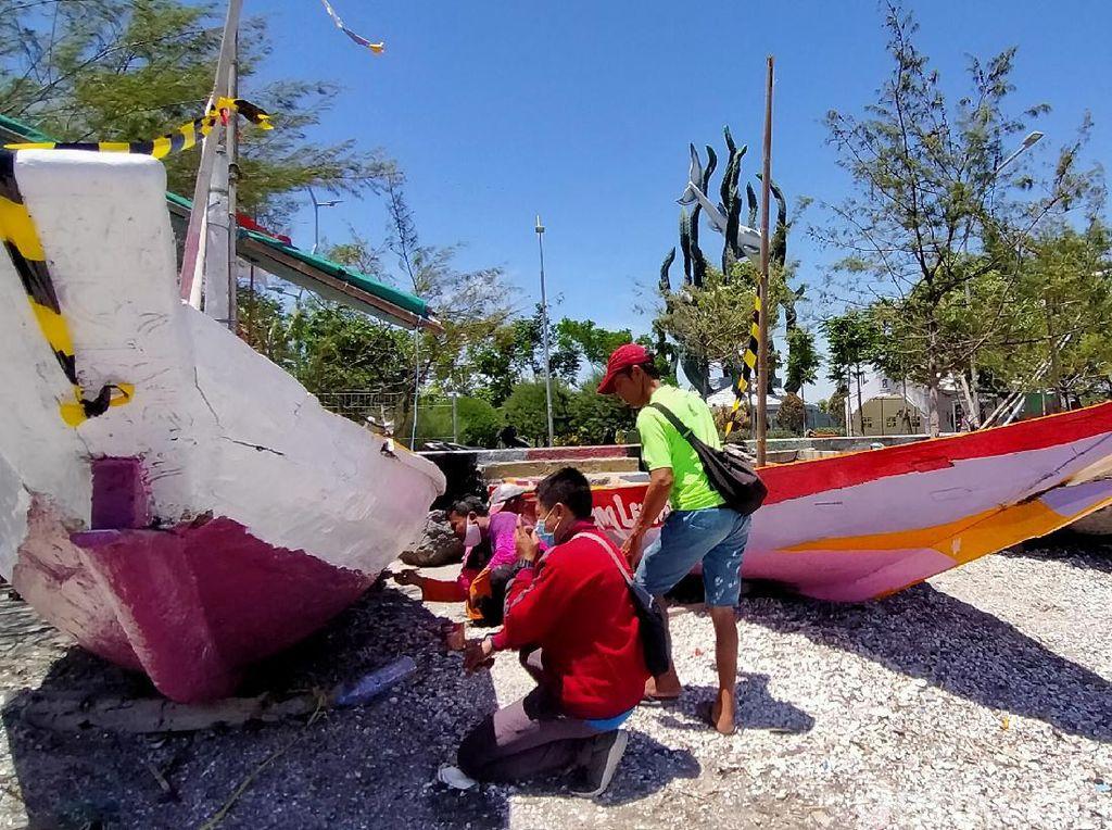 Pemkot Bantu Pengecatan Perahu Nelayan Kenjeran yang Rusak Diterjang Ombak