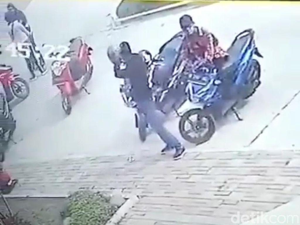 Terekam CCTV, Pencuri Motor Beraksi di Masjid Ciparay Bandung
