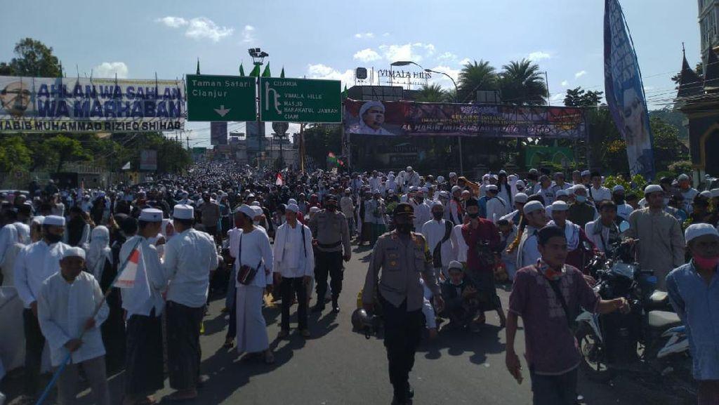 Potret Santri Kumpul di Simpang Gadog Jelang Ceramah Habib Rizieq