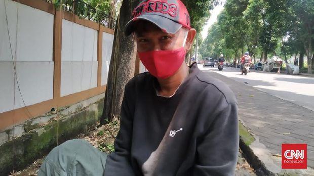 Penjual bensin di wilayah Kalibata, Jakarta, Sugi (43) tak setuju jika orang yang mengonsumsi minuman keras diberi hukuman pidana seperti diatur dalam RUU Larangan Minuman Beralkohol.
