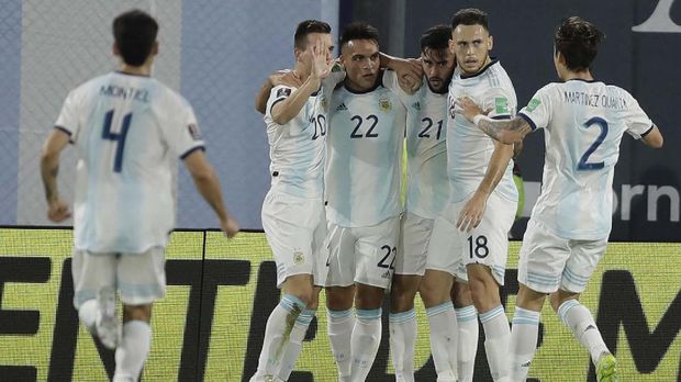 Argentina's Nicolas Gonzalez, third right, celebrates scoring his side's first goal against Paraguay with teammates during a qualifying soccer match for the FIFA World Cup Qatar 2022 in Buenos Aires, Argentina, Thursday, Nov. 12, 2020. (Juan Roncoroni, Pool via AP)