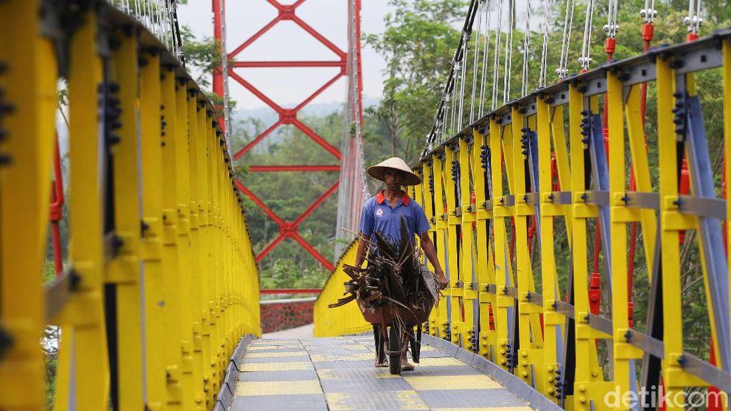 Warna-warni Jembatan Jokowi yang Ngehits di Magelang