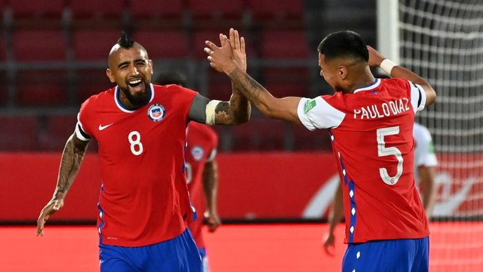 SANTIAGO, CHILE - NOVEMBER 13: Arturo Vidal of Chile celebrates after scoring the first goal of his team with teammate Paulo Díaz during a match between Chile and Peru as part of South American Qualifiers for Qatar 2022 at Estadio Nacional de Chile on November 13, 2020 in Santiago, Chile. (Photo by Martin Bernetti-Pool/Getty Images)