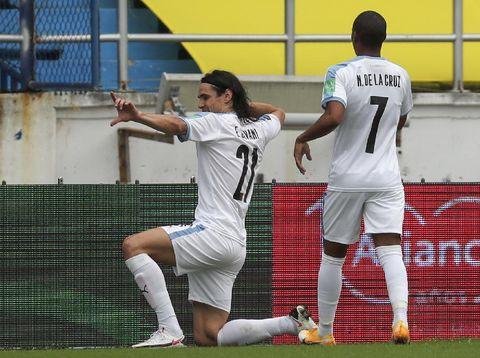 Edinson Cavani dari Uruguay merayakan mencetak gol pembuka selama pertandingan Piala Dunia FIFA 2022 Qatar melawan Kolombia di Stadion Metropolitano di Barranquilla, Kolombia, Jumat 13 November 2020 (Foto AP / Fernando Vergara)