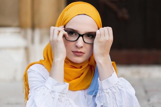 Memilih kacamata sesuai bentuk wajah.