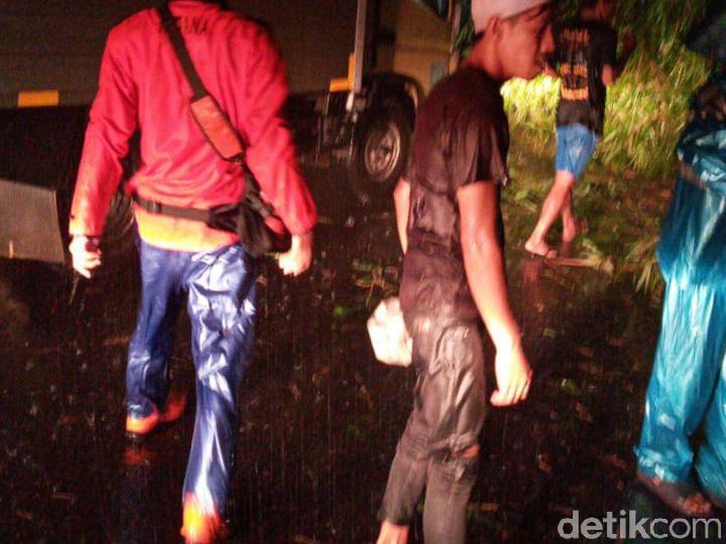 Pohon Tumbang di Cianjur, Listrik di 5 Kecamatan Padam-Jalan Provinsi Tertutup