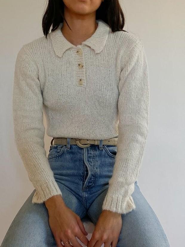 Pasangkan sweater dengan jeans favorit lalu dengan aksesoris lain seperti ikat pinggang.