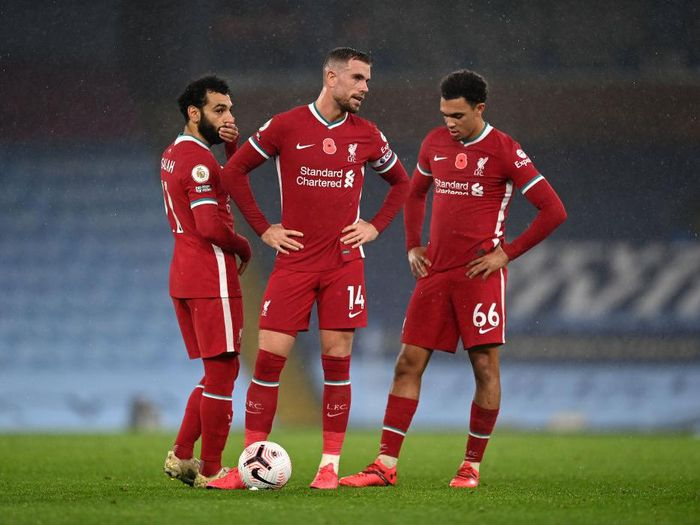 MANCHESTER, ENGLAND - NOVEMBER 08: Liverpool Captain Jordan Henderson talks with teammates Mohamed Salah (L) and Trent Alexander-Arnold during the Premier League match between Manchester City and Liverpool at Etihad Stadium on November 08, 2020 in Manchester, England. Sporting stadiums around the UK remain under strict restrictions due to the Coronavirus Pandemic as Government social distancing laws prohibit fans inside venues resulting in games being played behind closed doors. (Photo by Shaun Botterill/Getty Images)