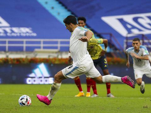 Pemain Uruguay Luis Suarez mencetak gol kedua untuk timnya melawan Kolombia pada pertandingan kualifikasi Piala Dunia 2022 Qatar di Stadion Metropolitano di Barranquilla, Kolombia, Jumat 13 November 2020 (Foto AP / Fernando Vergara)