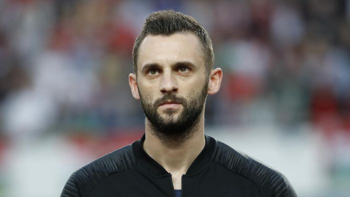 BUDAPEST, HUNGARY - MARCH 24: Marcelo Brozovic of Croatia  listens to the anthem prior to the 2020 UEFA European Championships group E qualifying match between Hungary and Croatia at Groupama Arena on March 24, 2019 in Budapest, Hungary. (Photo by Laszlo Szirtesi/Getty Images)