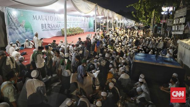 Suasana di Markas FPI di kawasan Petamburan, Jakarta, Sabtu, 14 November 2020. Ratusan otang mulai berdatangan untuk mengikuti acara maulid Nabi Muhammad SAW sekaligus pernikahan puteri Rizieq Shihab. CNN Indonesia/Bisma Septalisma