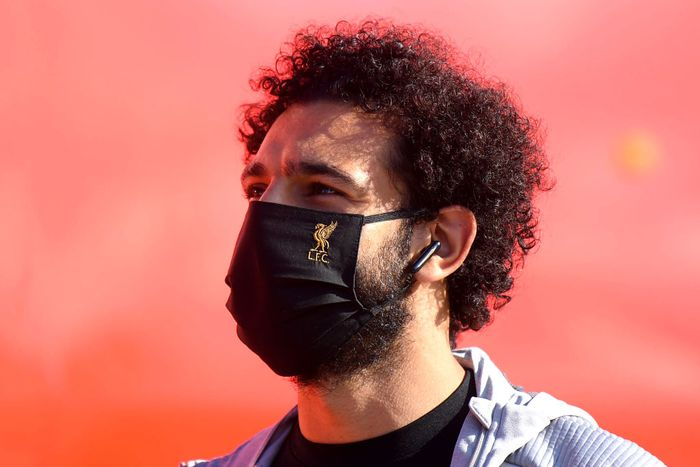 MANCHESTER, ENGLAND - JULY 02: Mohamed Salah of Liverpool arrives at the stadium wearing a Liverpool branded face mask prior to the Premier League match between Manchester City and Liverpool FC at Etihad Stadium on July 02, 2020 in Manchester, England. Football Stadiums around Europe remain empty due to the Coronavirus Pandemic as Government social distancing laws prohibit fans inside venues resulting in all fixtures being played behind closed doors. (Photo by Laurence Griffiths/Getty Images)