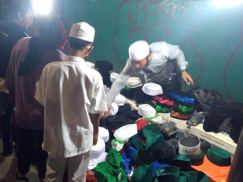 Pedagang Mengais Rezeki di Tengah Keramaian Acara Maulid Nabi di KS Tubun